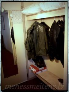 Šādi izskatījās mūsu numuriņš. Ieejas durvis un skapis virsdrēbēm. Jeb, mazais koridors... :)