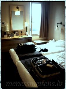 Lūk arī mūsu istabiņa no otras puses, ar skatu uz ceļu. Divas gultas un mūsu čemodāni... :)