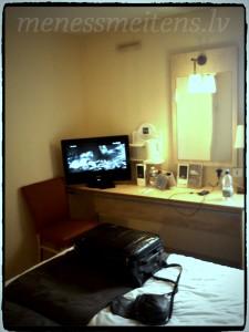 Televizors un spogulis ar galdiņu... ūdeni tā arī neaiztikām, jo īsti nezinājām, vai tas ir bez maksas...