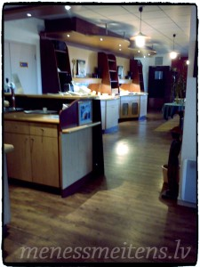 Palūdzām atstāt čemodānus viesnīcā un devāmies pa veikaliem. Bildē redzama viesnīcas kafejnīca un reģistrātūras galds...