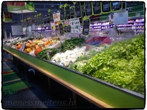 Atradām pārtikas preču veikalu. Ļoti iepriecināja dārzeņu nodaļa. Viss izskatījās tik svaigs un vilinošs. Bildē var redzēt, ka dārzeņiem tiek pūsts virsū vēss gaiss, tāds kā dūmaka. Ja šādi izskatītos dārzeņu stendi visās valstīs, cilvēki noteikti tos lietotu uzturā daudz vairāk.