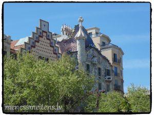 Šeit, no tālienes, var redzēt Casa Batlló, kas renovēta pēc arhitekta Antoni Gaudí projekta.