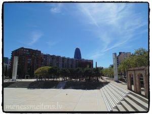 """Plānu vēl nebija, īstenībā es noslinkoju un neatradu it neko, ko tiešām vēlos redzēt, tādēļ vijām bez maršruta. Bildē ir redzams Torre Agbar, ko vietējie zaimojoši sauc par """"Barselonas locekli"""", jo diemžēl pēc formas ēka neatgādina olu, kā tas ir Londonā, tādēļ vietējie to sauc par savas pilsētas locekli. Uz doto mirkli šo ēku ir pārpirkusi kāda viesnīca, bet pagaidām tajā atrodas dažādi biroji, lai gan, ne uz ilgu laiku."""