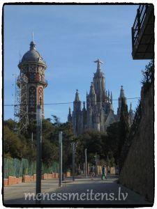 Tibidabo ir kalns pie Barselonas, tā galā ir Sagrat Cor. Skaista vieta, kurā es iemīlējos. Tā manuprāt ir visskaistākā vieta uz planētas un, es noteikti tur atgriezīšos. Lifts maksāja 2 Eiro, un, tad, izmantojot kāpnes, varēja uzkāpt līdz pat Jēzus kājām. No turienes pavērās brīnīšķīgs skats. Un Tu, cilvēks, saproti, ka esi mazs, niecīgs smilšu graudiņš pludmalē