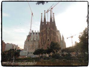 """protams bijām arī pie slavenās Sagrada Familia, iekšā negājām, to pašu nenormālo cenu dēļ - atbraucām baudīt, nevis tērētis un, man šķita neadekvāti maksāt 20 Eiro,par ieeju Dievnamā, kurš nemaz vēl nav pabeigts. Piemēram Parīzes Dievmātes Katedrālē, ieeja bija bez maksas. Lai kā arī būtu """"The Basílica i Temple Expiatori de la Sagrada Família"""" , ceļ kopš 1882 gada, to plāno pabeigt 2026. gadā. Kad pabeigs, tad noeteikti iešu aplūkot arī iekšpusi! ;)"""