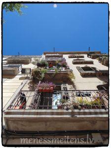 Es kā putns vien spēju grozīt galvu uz riņķi. Ēkas ir vienreizējas, balkoni bieži pilni ar augiem, skaistums... Draudzene teica, ka ļoti reti paceļ galvu un palūkojas uz ēkām.
