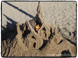 """Pludmalē bija tematiskais smilšu figūru veidošanas konkurs, tematika """"Ūdens, uguns, zeme, gaiss""""."""