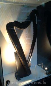 Savukārt kompānijas logo ir redzama arfa (harp). To arī var redzēt uz Īrijas Eiro monētām.